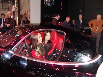 Chicas del Alfa Romeo 8C Competizione